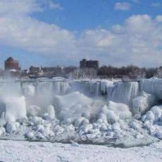 Cascada Niagara a îngheţat